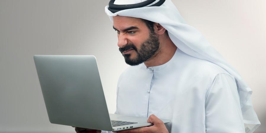 Недовольный араб с макбуком в руках