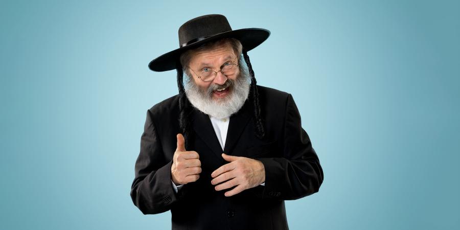 Довольный пожилой ортодоксальный иудей