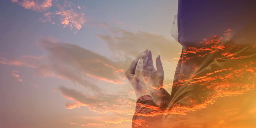 Молящаяся мусульманка и красные облака