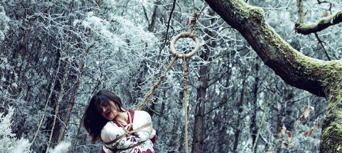 Shooting photo shibari dans une forêt grivée