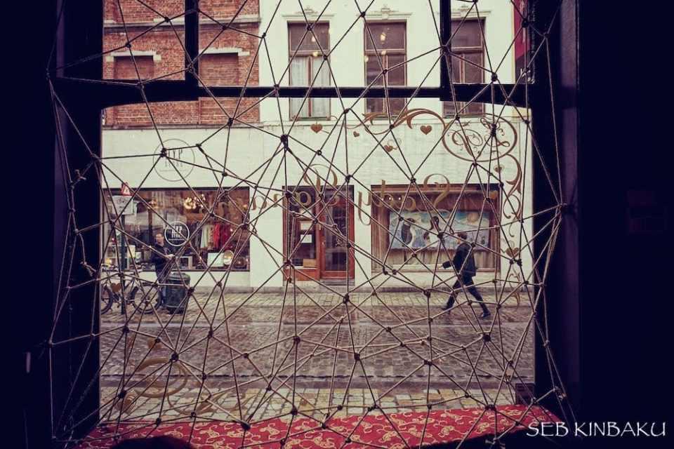 structure corde shibari pour vitrine de magasin