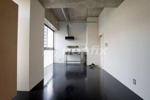 黒い床のデザイナーズワンルーム、6.3万円。