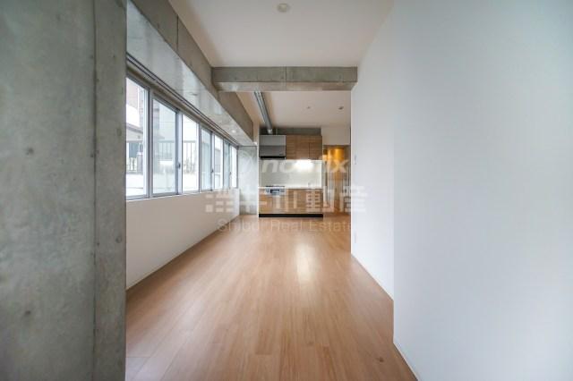 多めに窓を並べたSOHO可の築浅デザイナーズ、谷町四丁目より。