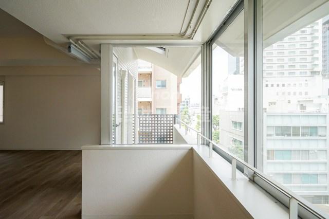 大阪梅田徒歩圏内の23帖ワンルーム、最寄りの庭は空中にアリ。