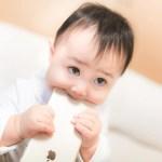 iPhone舐める赤ちゃん