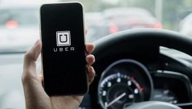 Taksicilerin saldırdığı UBER trafikten men ediliyor!