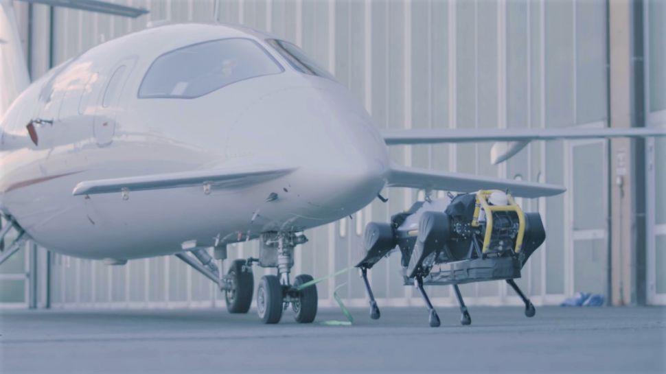 uçak çeken robot köpek HyQReal