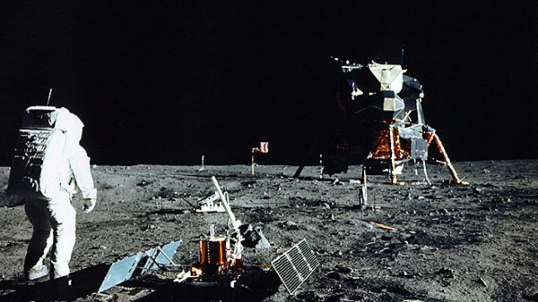 İlk insanlı Ay görevi