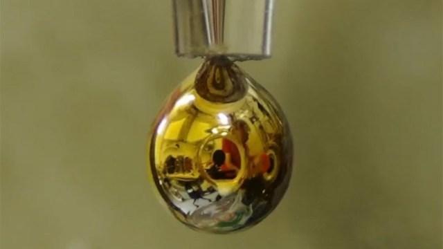 Bilim insanları, saf suyu parlak metale dönüştürdü