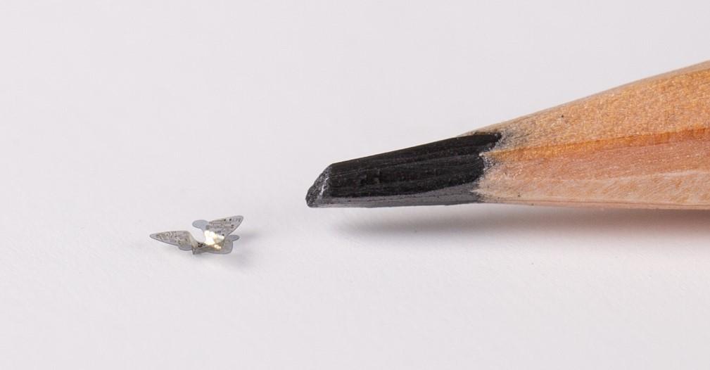 Northwestern Üniversitesi'nde yapılan çalışmalar sonucunda microflier adı verilen dünyanın en küçük uçan cismi üretildi.