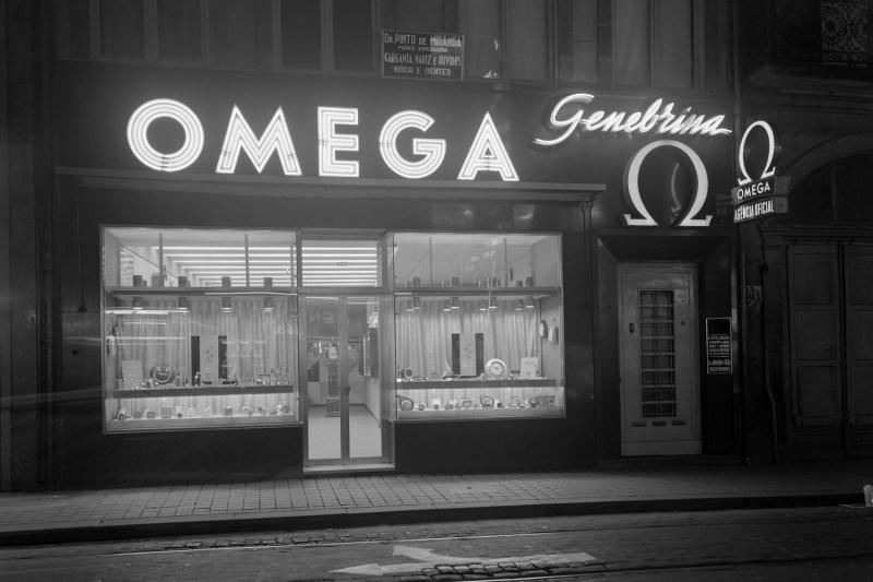 Montra da relojoaria Genebrina, Porto, revendedora oficial da marca Omega.