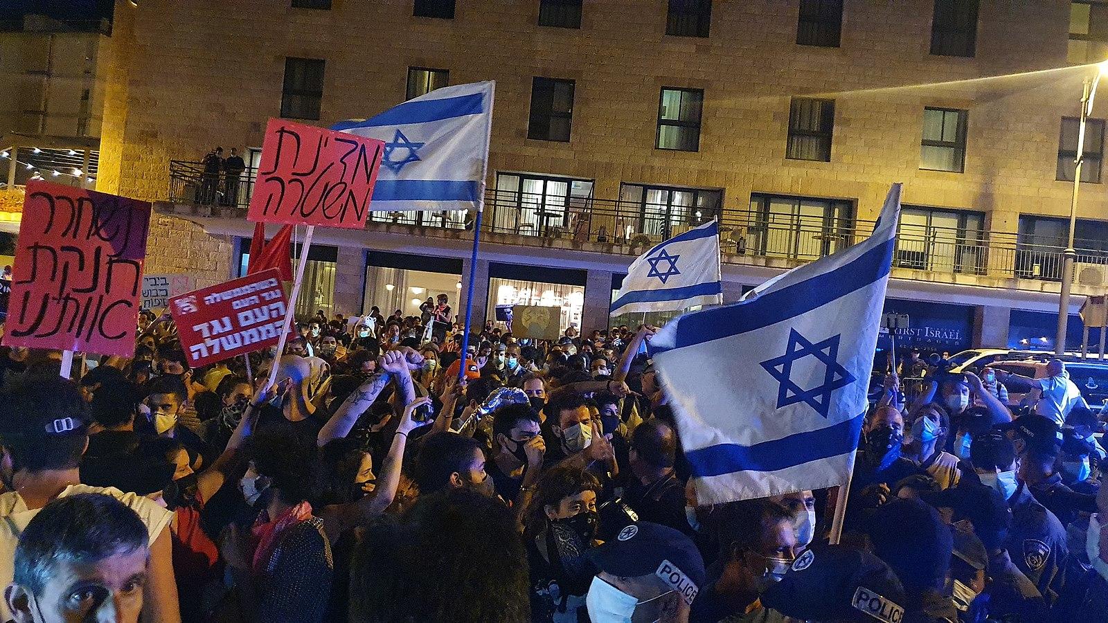 Fotografia dos protestos contra o Primeiro-Ministro de Israel, Benjamin Netanyahu, em Jerusalém, em Agosto de 2020. Wikimedia Commons