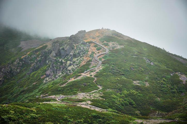 靄の本白根山山頂の展望台