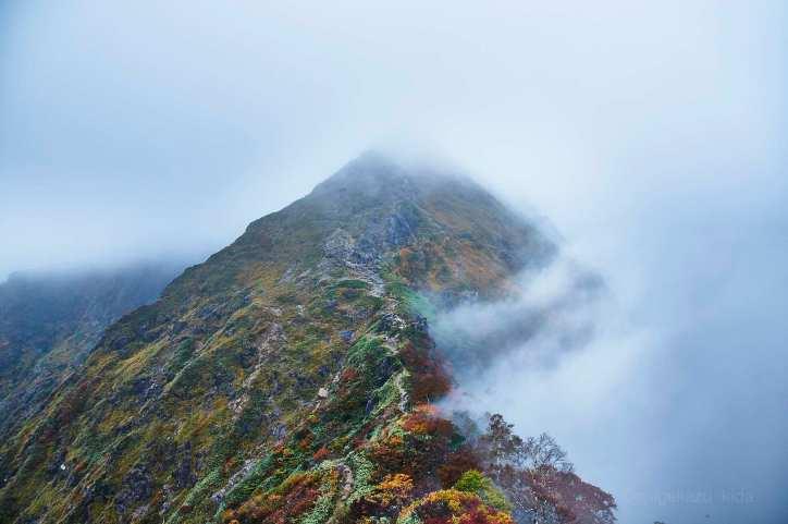 谷川岳山頂へと続く西黒尾根と霧