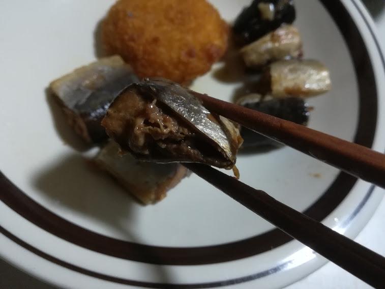 さんま煮付(マルハニチロ北日本)は北海道産さんまを、しょうゆ、糖みつ、塩分など家庭的な味付で一口大にカットした缶詰