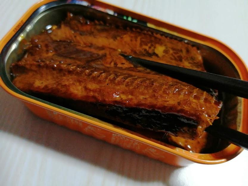 さんま蒲焼(ニッスイ)は醤油と三温糖のタレをつけてから遠赤外線で焼くつけ焼きで表面は香ばしく中はふっくら焼き上げた