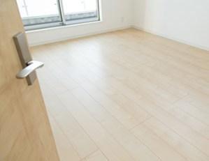 床暖房に使うフローリングは床暖房用のものです。試験をクリアしたものでなければなりません。