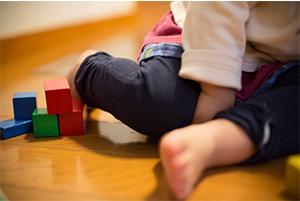 子供や高齢者が転んでも衝撃が吸収できるフローリング材