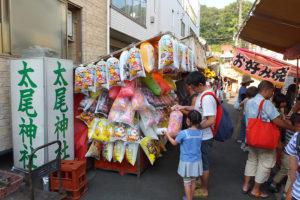 「ライフ大倉山店」の少し先(新羽寄り)にある太尾神社の参道には屋台(夜店)が7~8軒並んでいました