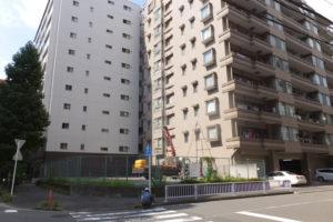 新横浜第一公園近くの駐車場跡では11階建て29戸のマンションを計画