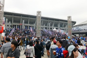 日産スタジアムの東ゲート会場はF・マリノスのJリーグ最終戦が行われることもあり、すごい人出・・・。(12時30分ごろ)