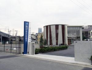 左に見えるのは新幹線高架橋、建物隣の市有地は今後民間活用される予定