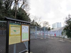 新横浜駅(右に見えるビル)の間近に位置する篠原城址