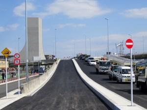3月16日の開通に向けて工事が進む「長島大竹線」、左奥は換気口