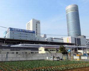 新横浜の篠原口駅前(地下鉄2番出入口付近)には今も畑が残る