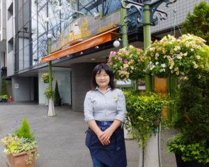 新横浜駅からもほど近いケーキ工房ラピエスモンテ。隣は新横浜グレイスホテル(奥側)、向かいは新横浜プリンスぺぺ(左側)と、新横浜訪問には絶好の立地。嶋崎さんはこの場所の花の管理も行っている
