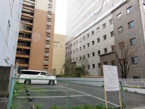 5階建て「事務所・学習塾等(フィットネス)」の建設予定地、右がユニゾ新横浜ビル、左が新横浜ビジネスセンタービル