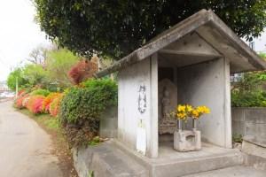 「鎌倉道」と「表谷瀧坂不動」の風情感じる加藤玉枝さんの庭への入口(2017年4月18日)