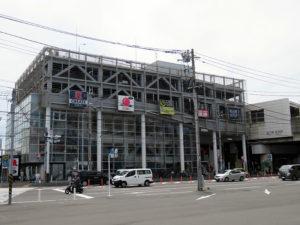 新羽駅(右側)と隣接する「パティオワンビル」