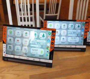 リノフトが開発した大型アイコンが特色のタブレット端末(8月17日、川崎市中原区のイダカフェでの体験会にて撮影)