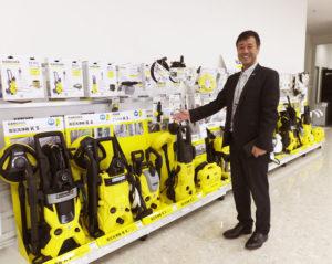 広報チームを率いるマーケティング部の朝喜謙二部長。「量販店に置かせていただいている展示を再現しました」と、ケルヒャーアカデミーにて説明