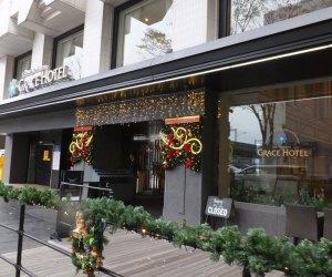 今年は11月13日からクリスマス・アレンジで彩られている新横浜駅前のグレイスホテル