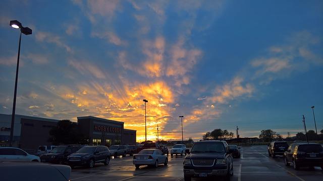 夕暮れの駐車場