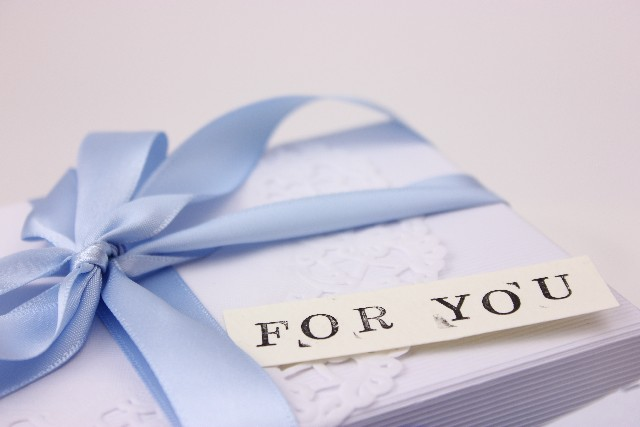 青いリボンのついたプレゼント