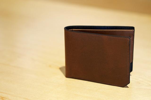 机に立てられた財布