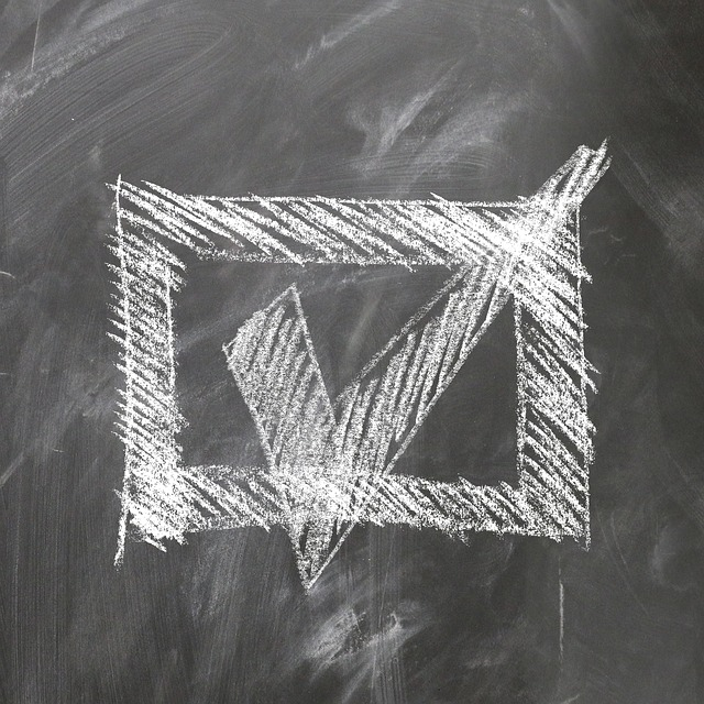 黒板に書かれたチェックマーク