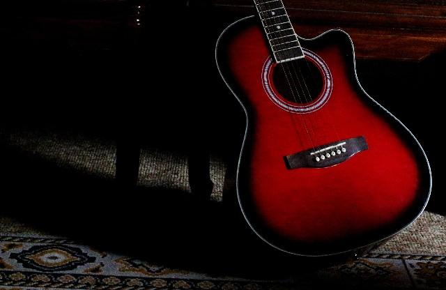 立てかけられた赤いギター