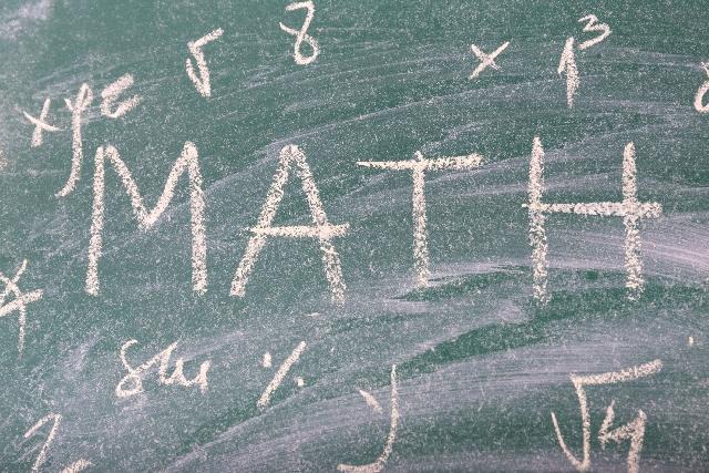 数式が書かれた黒板