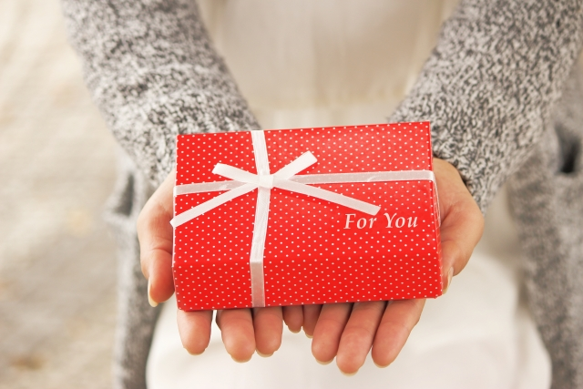 バレンタインチョコを手渡す女性