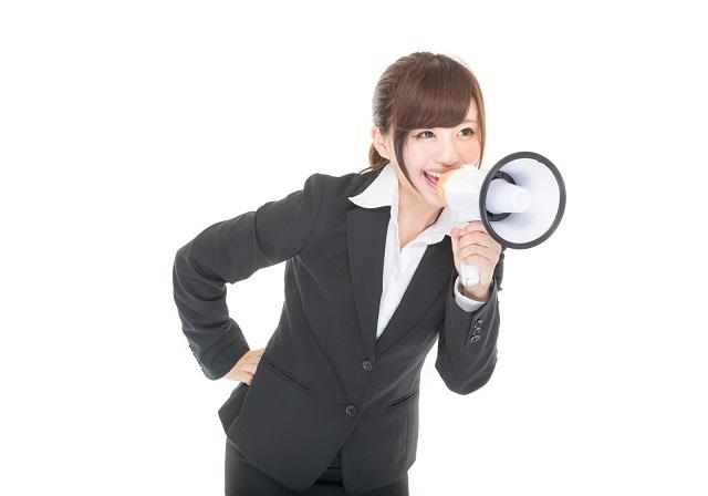 拡声器で応援する女性