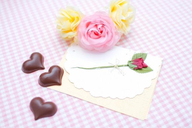 手紙とハート型のチョコレート