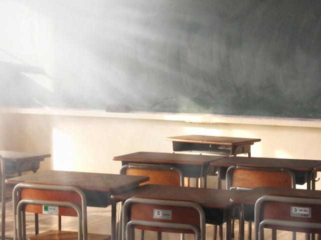 朝の学校の教室