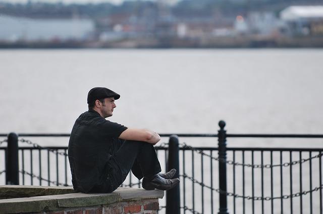 海を見て考える男性