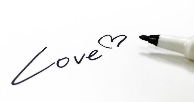 ペンで書かれたLoveの文字