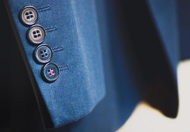スーツの袖のアップ