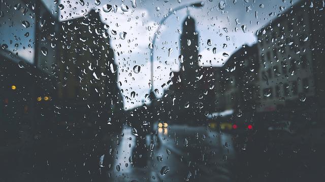 窓に残る雨粒